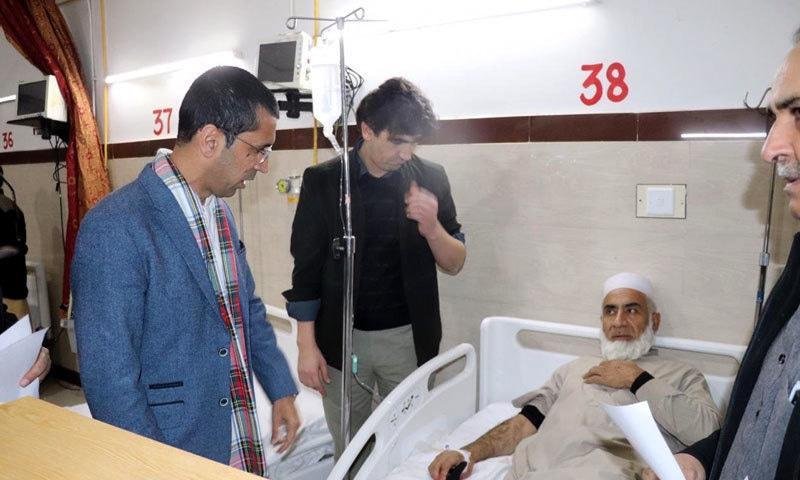 شہرام ترکئی زخمیوں کی عیادت کر رہے ہیں — فوٹو: سراج الدین