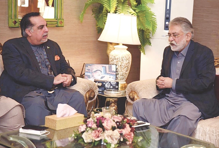 SINDH Governor Imran Ismail discusses GDA's unresolved issues with Pir Pagara at Kingri House on Tuesday.—PPI