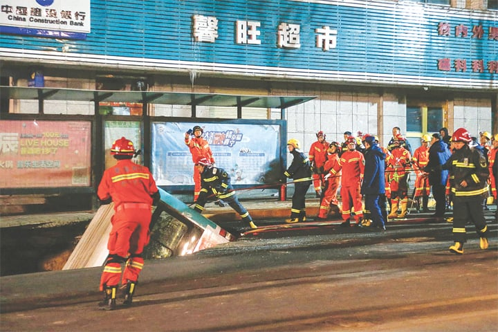 XINING (Qinghai province, China): Rescuers prepare to lift the bus from the sinkhole.—AFP