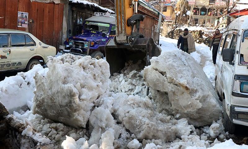 بارشوں، برفباری کے باعث خیبرپختونخوا، آزاد کشمیر اور بلوچستان کی اہم شاہراہیں بھی بند ہوگئیں—تصویر: رائٹرز