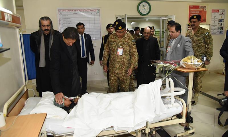 وزیر اعظم شدید موسم سے متاثرہ علاقوں کا دورہ کرنے کے ساتھ ساتھ زخمیوں کی عیادت بھی کی— فوٹو: ثنااللہ