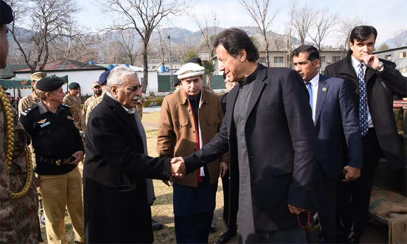آزاد جموں و کشمیر کے وزیر اعظم راجہ محمد فاروق حیدر نے وزیر اعظم عمران خان کا استقبال کیا— فوٹو: ثنااللہ