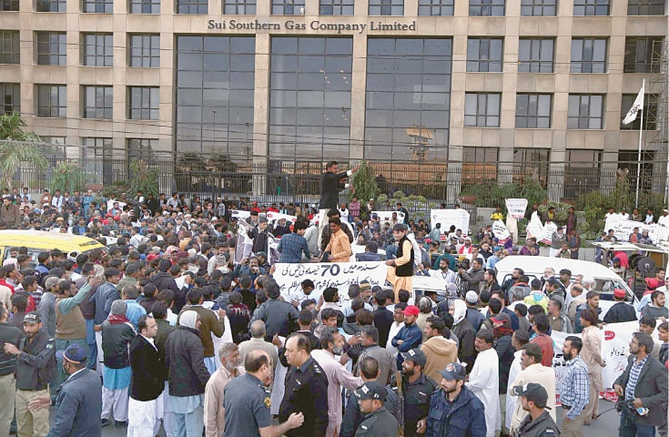 KARACHI: Transporters and members of the All Pakistan CNG Association take part in a demonstration on Wednesday against gas loadshedding in front of the main offices of Sui Southern Gas Company.—PPI