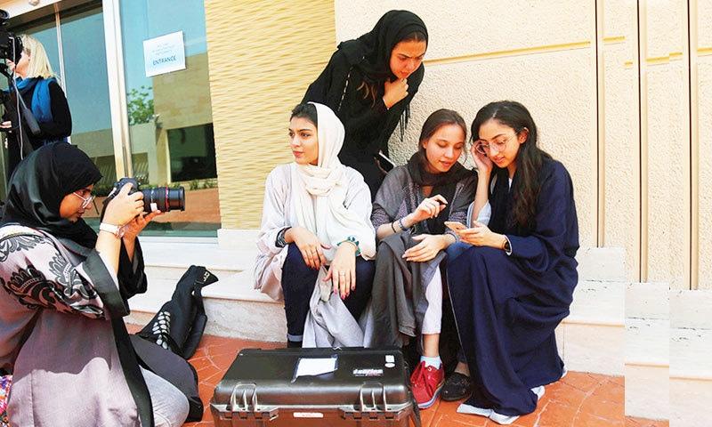 سعودی خواتین کو میڈیا و شوبز میں کام کرنے کی بھی اجازت حاصل ہے—فوٹو: رائٹرز