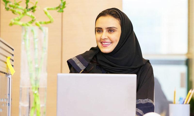 سعودی عرب میں کام کی جگہوں کو بھی خواتین کے لیے محفوظ بنایا گیا—فوٹو: دور