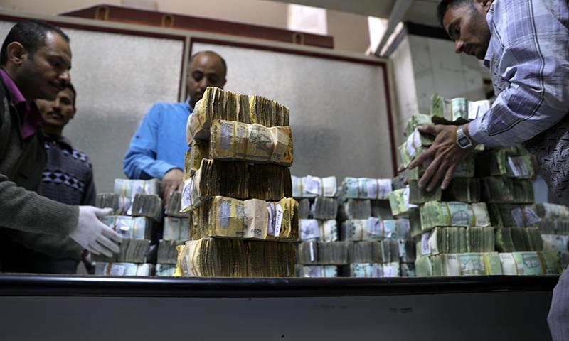 بحران کے سبب تاجروں کو دو طرح کے نوٹوں کے سبب تجارت میں مشکلات کا سامنا ہے — فوٹو: اے ایف پی
