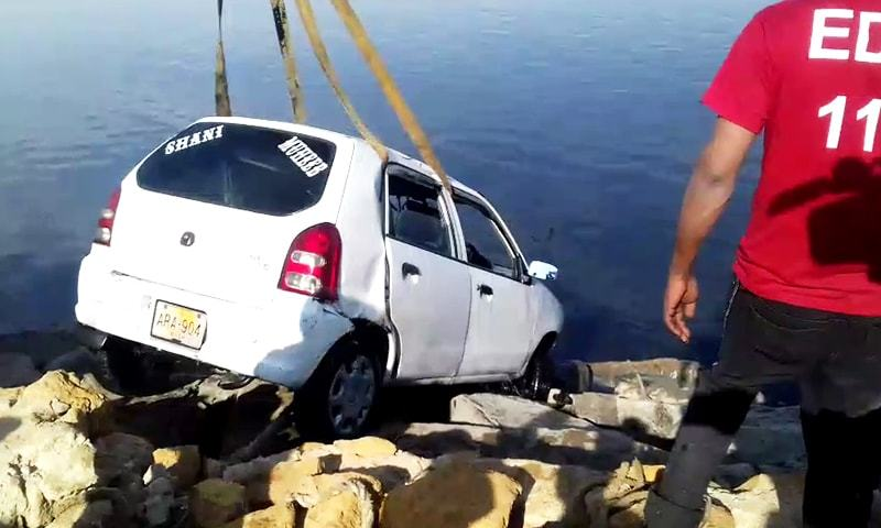 کار تیز رفتاری کے باعث حادثے کا شکار ہوئی—فوٹو:ڈان نیوز