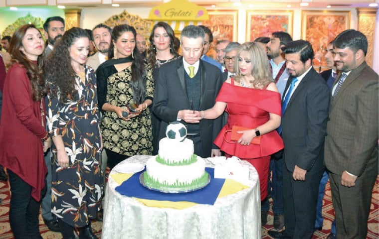 Brazilian Ambassador Claudio Lins and his wife cut a cake during the farewell in Islamabad.