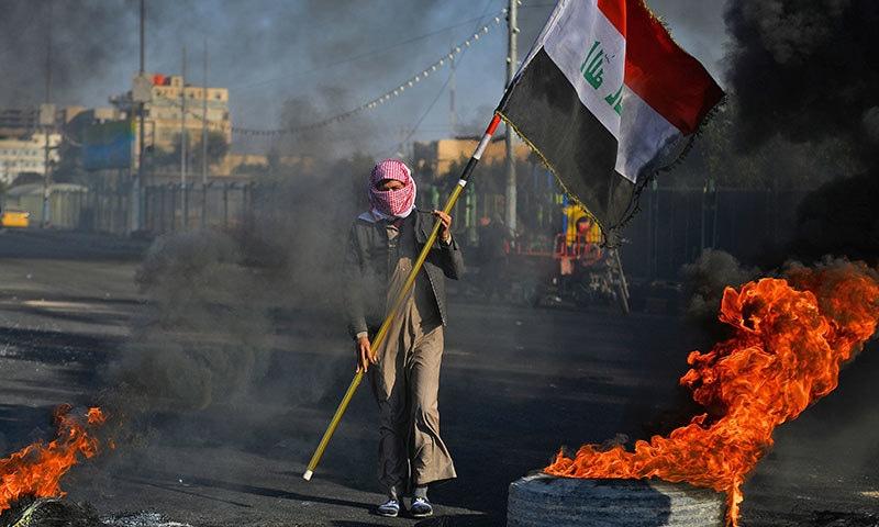نوجوانوں نے ٹائر جلا کر سڑکیں بند کیں اور اپنے مطالبات کے حق میں نعرے لگائے—فوٹو:اے ایف پی