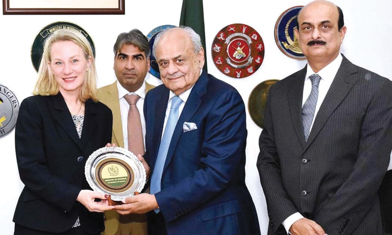 ISLAMABAD: Federal Minister for Interior retired Brigadier Ijaz Ahmed Shah presenting a shield to senior US diplomat Alice Wells on Monday.—APP