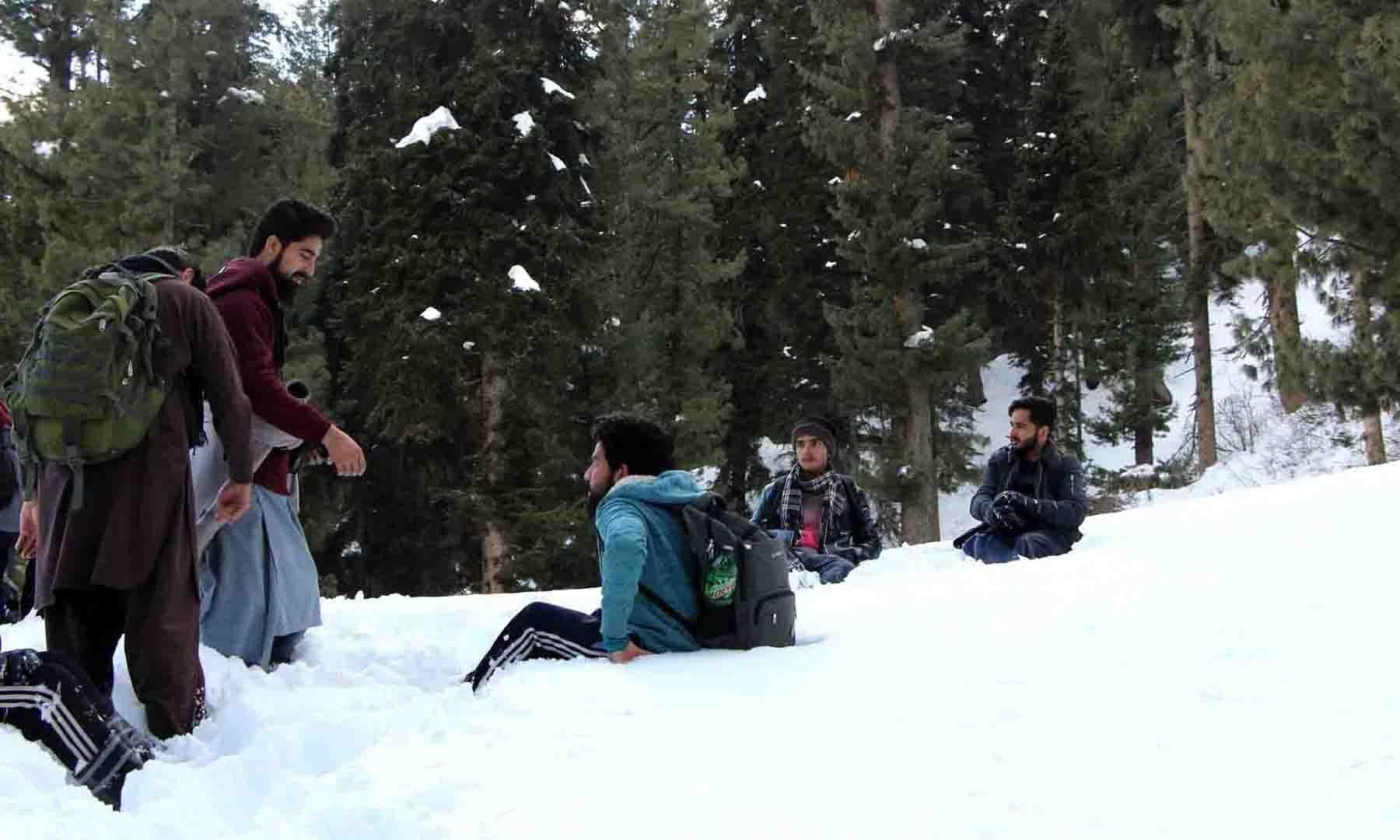 جب چلتے چلتے سانس اکھڑ جائے، تو برف پر بیٹھنا ہی پڑتا ہے