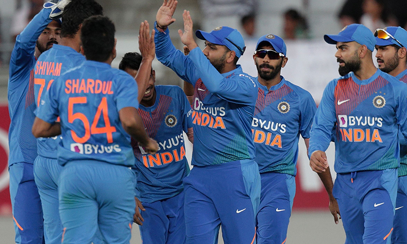 بھارت نے نیوزی لینڈ کو شکست دے کر سیریز میں برتری حاصل کر لی— فوٹو: اے ایف پی