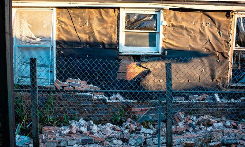 پولیس نے واقعے کو 'عمارت کا دھماکا' قرار دیا — فوٹو: اے ایف پی