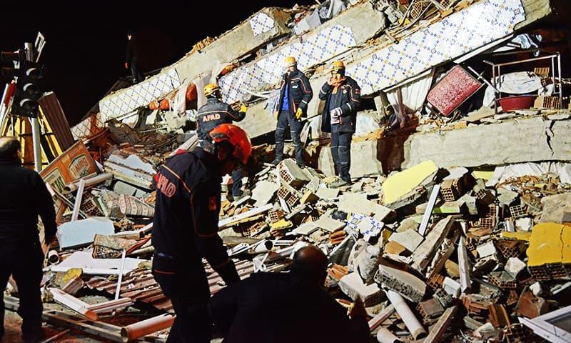 ترک وزیر ماحولیات کے مطابق زلزلے سے متاثرہ علاقوں میں  تقریباً 30 عمارتیں گر کر تباہ ہوئیں—تصویر: اے ایف پی