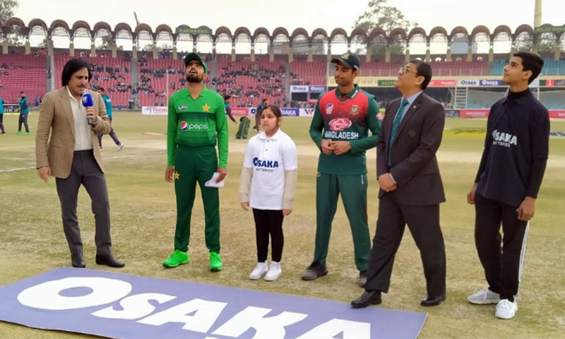 Pakistan and Bangladesh skippers Babar Azam and Mahmudullah stand in Gaddafi Stadium during the toss ceremony ahead of the second T20 match. — PCB