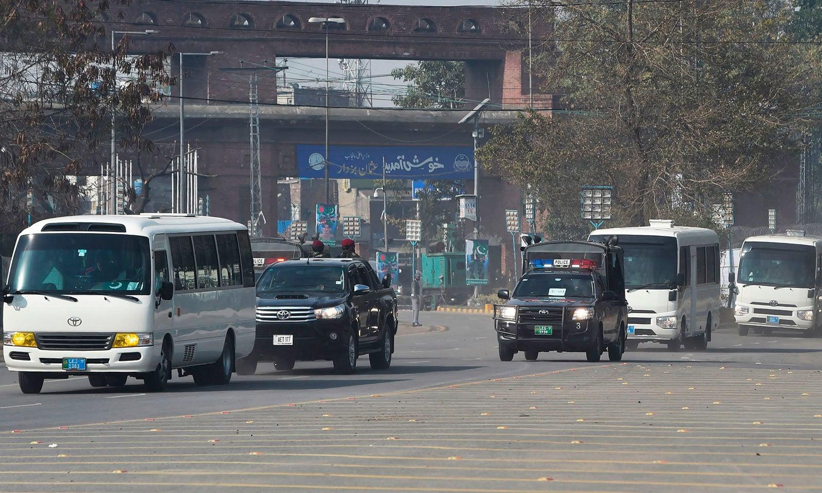 دوسرے ٹی ٹوئنٹی کے لیے بنگلہ دیش اور پاکستان کی ٹیموں کو سخت سیکیورٹی میں اسٹیڈیم لایا گیا—فوٹو:اے ایف پی