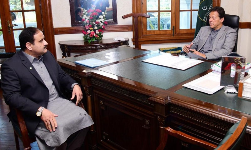 وزیراعظم نے وزیراعلیٰ پنجاب سے ملاقات کی— فوٹو: عدنان شیخ