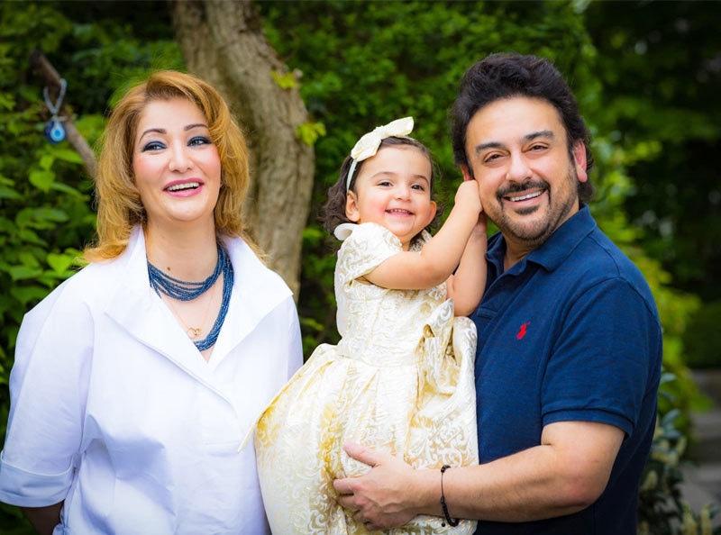 عدنان سمیع خان  تیسری اہلیہ صلاح گلاردی اور بیٹی کے ہمراہ —فوٹو: ٹوئٹر