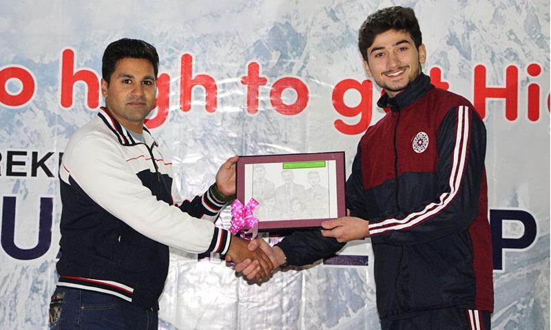 سوات کے ایک نوجوان ٹریکر براڈ بوائے کو ان کا پنسل سے بنایا گیا خاکہ تحفتاً دے رہے ہیں