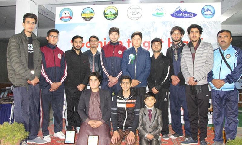 پاکستان کے سب سے کم عمر ٹریکرز پر مشتمل کلب ''فلک سیر'' کے ممبرز کی براڈ بوائے کے ساتھ لی گئی تصویر