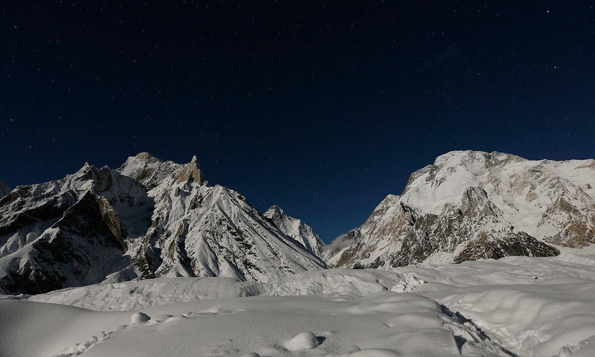 دنیا کی دوسری بلند ترین چوٹی کے ٹو اور 8 ہزار 51 میٹر بلند براڈ پیک کا ایک خوبصورت منظر— فوٹو: رائٹرز