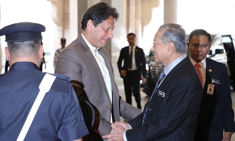 وزیراعظم کے دفترِ پہنچنے پر مہاتیر محمد نے وزیراعظم پاکستان کا پرتپاک استقبال کیا—تصویر: رائٹرز