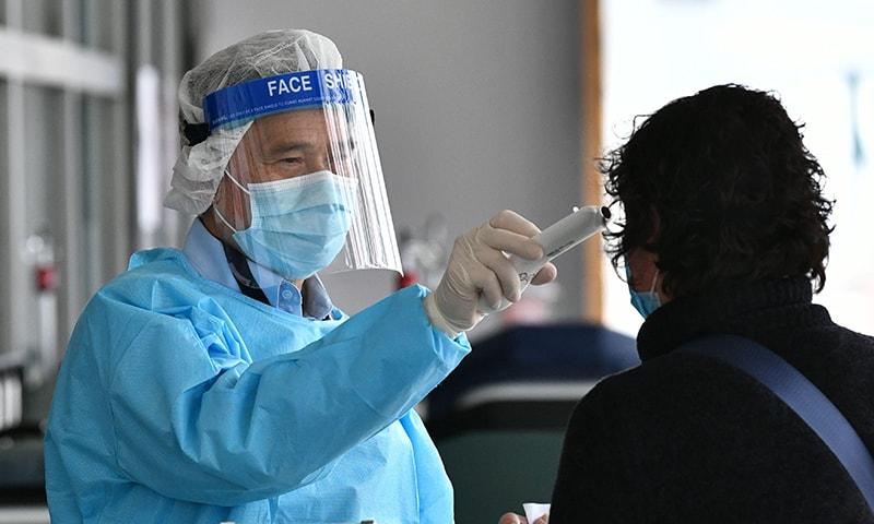 39 سالہ شخص کو گزشتہ ہفتے وائرس کی تصدیق ہونے کے بعد سے تنہائی میں رکھا گیا تھا—تصویر: اے ایف پی
