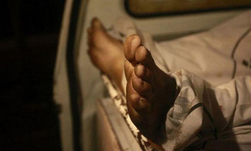 پولیس نے لاش کو ہسپتال منتقل کردیا—فائل فوٹو: رائٹرز