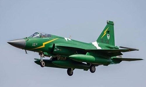 پاک فضائیہ نے دو بھارتی لڑاکا طیارے گرادیئے — فوٹو: شٹر اسٹاک
