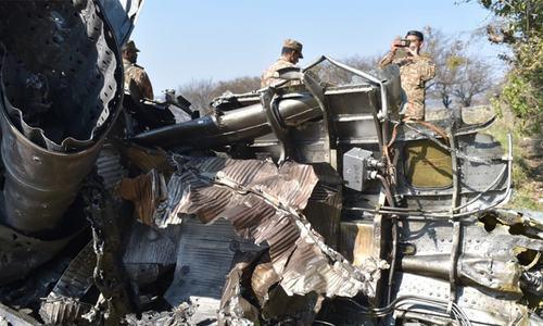 پاک فضائیہ کی جانب سے گرائے گئے بھارتی طیارے کا ملبہ—فوٹو: آئی ایس پی آر