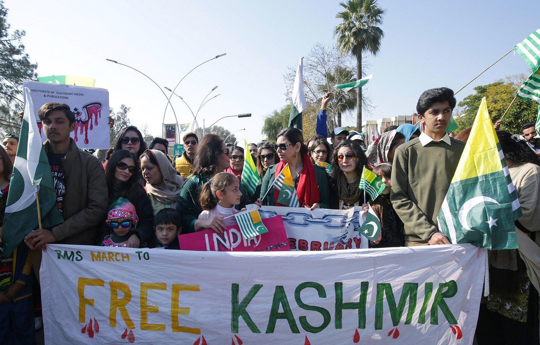 پاکستان سمیت دنیا بھر میں آج کشمیریوں سے اظہار یکجہتی کا دن  منایا جارہا ہے— فوٹو: رائٹرز