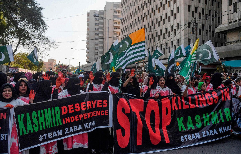 ملک بھر میں یوم یکجہتی  کشمیر کی مناسبت سے ریلیوں کا انعقاد کیا گیا — فوٹو: اے ایف پی