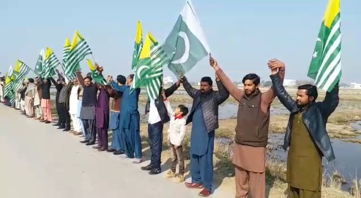 Citizens make a human chain in Sucheetgarh Sector along the Sialkot Working Boundary on Kashmir Solidarity Day. — Photo: Abid Hussain Mehdi