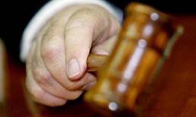 عدالت میں چیونگ گم چبانا 'وقار کی تضحیک' کے ساتھ 'پولیس کے حوصلے پست کرتی ہے'، جج