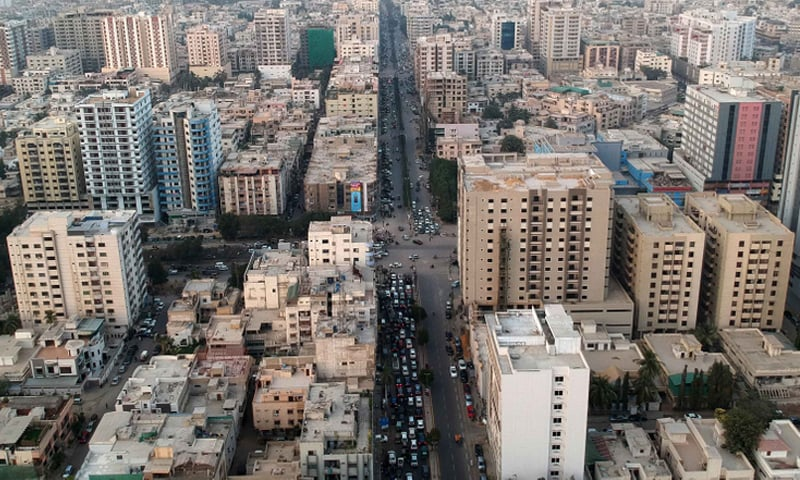 کراچی میں بڑی عمارتوں کا ایک منظر—فائل فوٹو: گلف نیوز