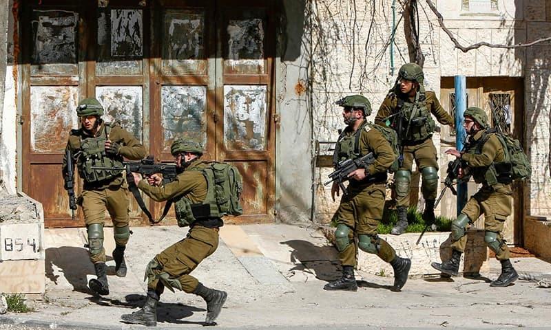 اسرائیلی فوجیوں کی جانب سے فلسطینی مظاہرین پر فائرنگ کا ایک منظر— فوٹو: اے ایف پی