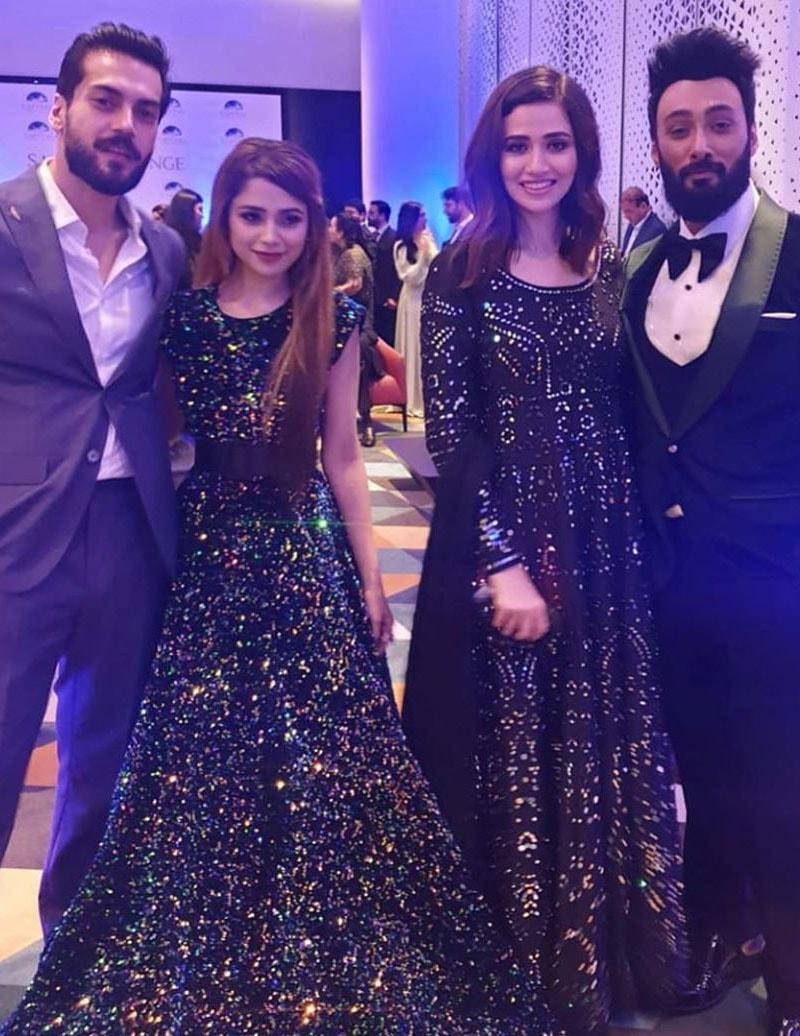 اداکارہ ثنا جاوید، گلوکار عمیر جسوال، گلوکارہ آئمہ بیگ اور اداکار شہباز شگری نے ایک ساتھ تصویر لی— فوٹو: انسٹاگرام