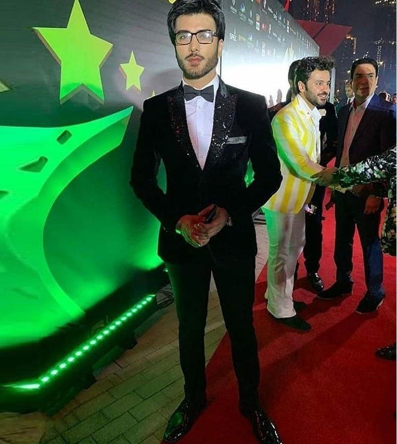 عمران عباس ہر بار کی طرح ایوارڈ کے دوران بھی نہایت اسٹائلش نظر آئے — فوٹو: انسٹاگرام