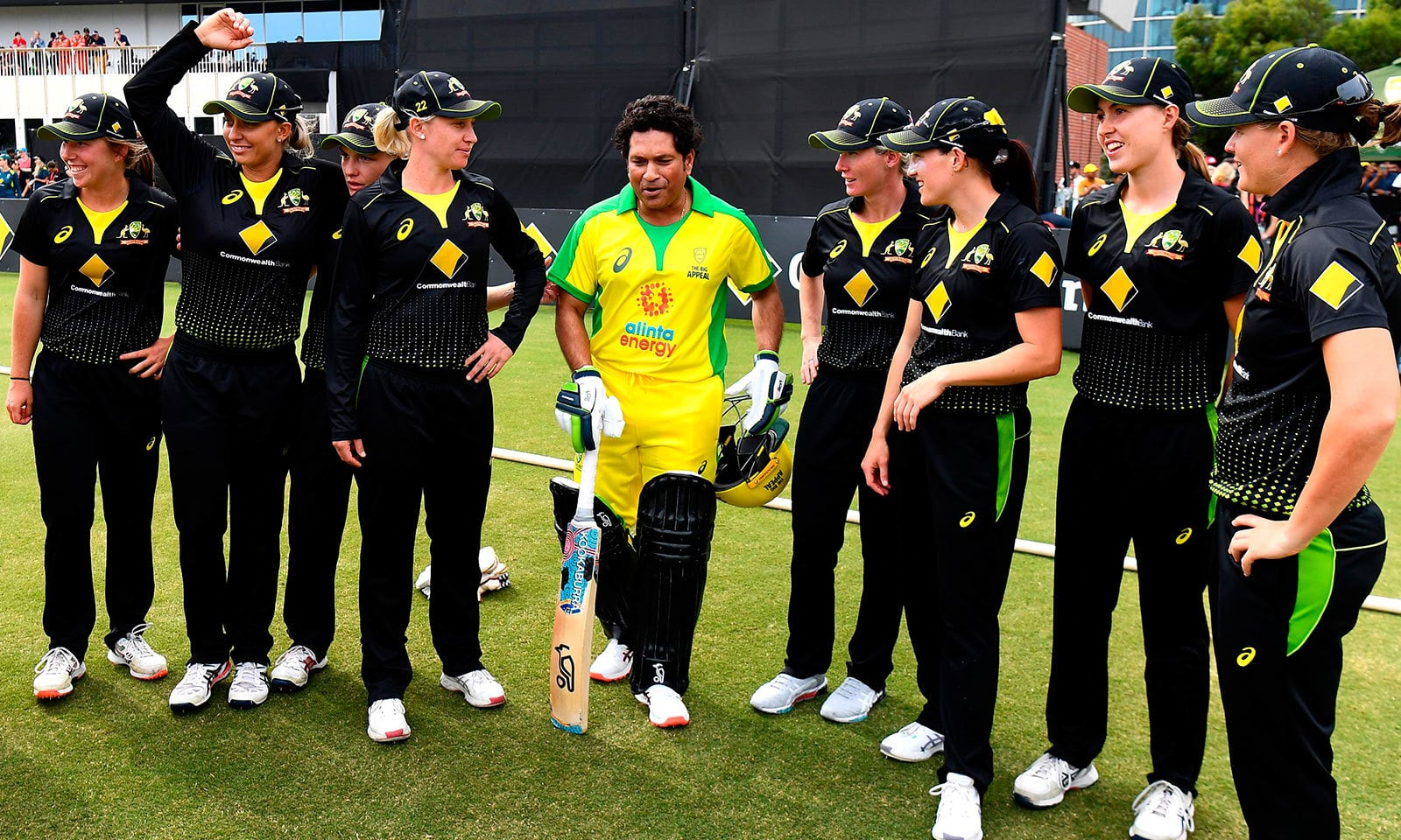 بھارت کے عظیم بلے باز سچن ٹنڈولکر نے سیلبریٹی میچ کے دوران آسٹریلیا کی ویمن ٹیم سے ملاقات بھی کی—فوٹو:اے ایف پی