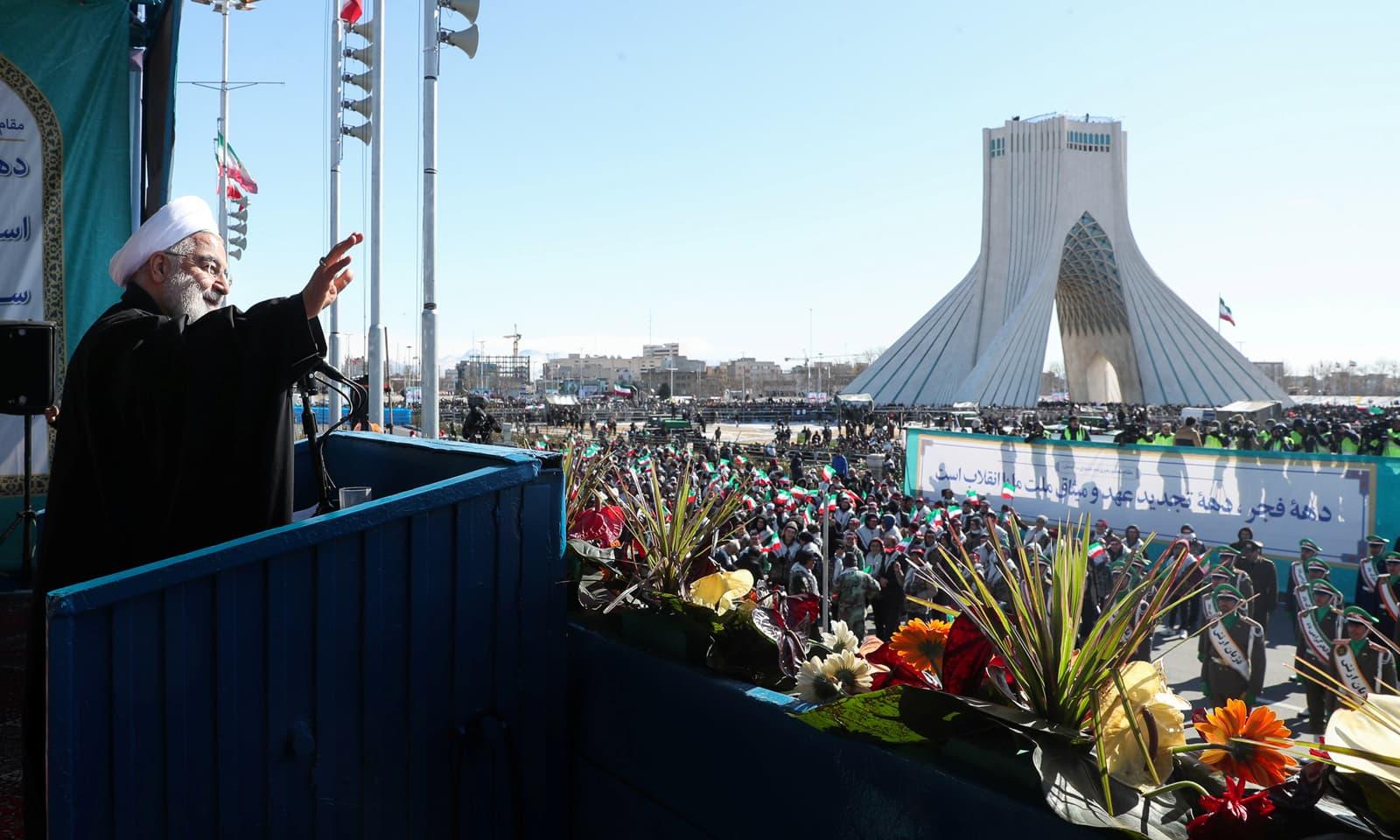 ایران کے صدر حسن روحانی عوام کو سلام پیش کررہے ہیں—فوٹو: رائٹرز