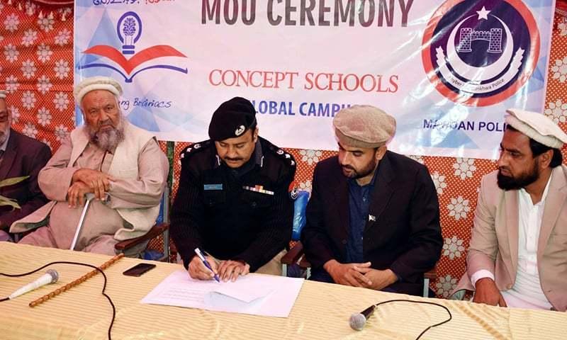 ڈی پی او سجاد خان اور اسکول کے پرنسپل عماد اکبر نے معاہدے پر دستخط کیے—فوٹو: علی اکبر