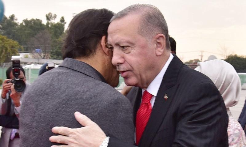 وزیر اعظم عمران خان اور ترک صدر بغل گیر ہورہے ہیں — فوٹو: پی آئی ڈی