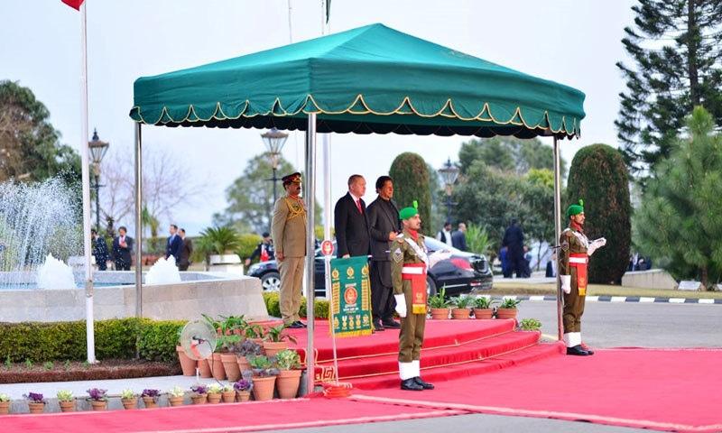 وزیر اعظم اور ترک صدر قومی ترانوں کے احترام میں کھڑے ہیں — فوٹو: پی آئی ڈی