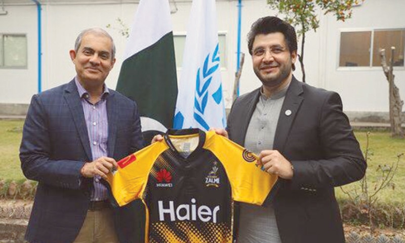 ISLAMABAD: Peshawar Zalmi chairman Javed Afridi (R) presents the team's offical jersey to Indika Ratwatte, UNHCR's Director for Asia and the Pacific.