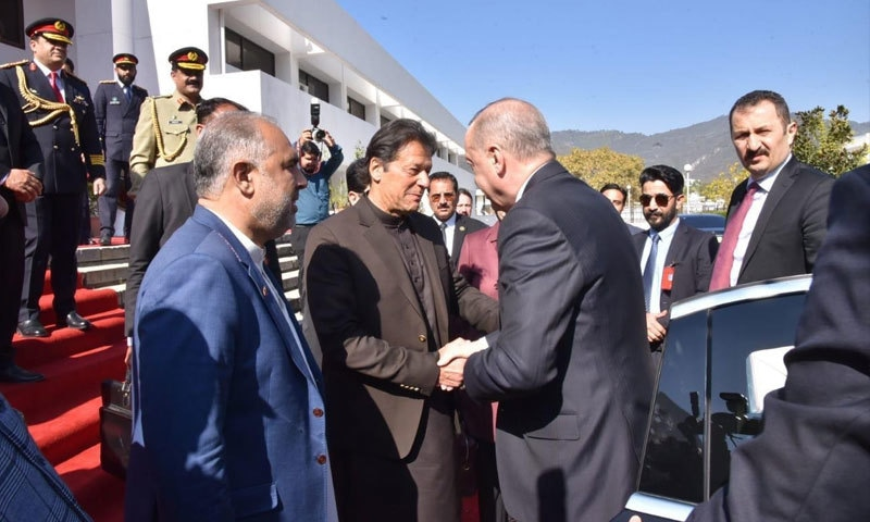 پارلیمنٹ آمد پر وزیراعظم عمران خان نے ترک صدر کا استقبال کیا— فوٹو: حکومت پاکستان