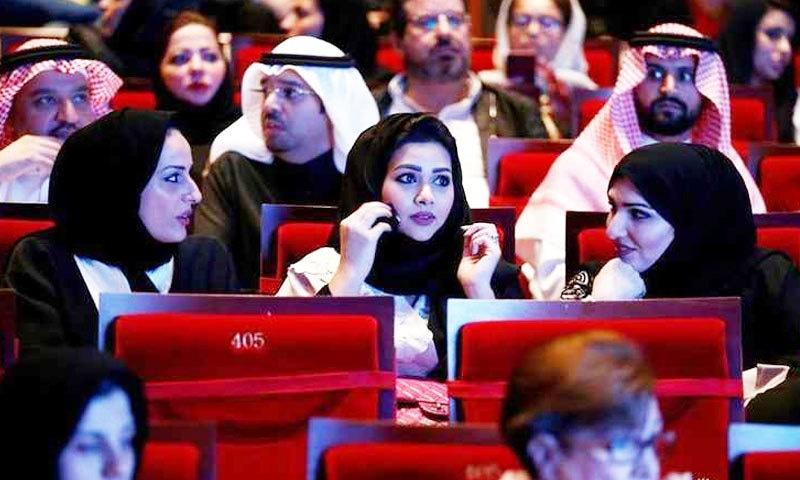 اب سعودی لڑکیاں خود لڑکوں کو باہر چلنے کا کہتی ہیں—فوٹو: رائٹرز