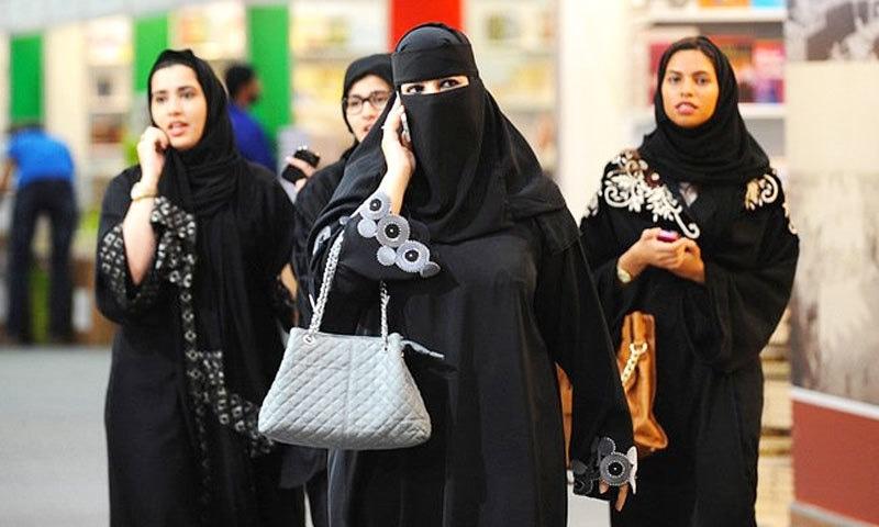 بعض خواتین بوائے فرینڈ سے ملاقاتوں کے لیے قریبی ممالک کا دورہ بھی کرتی ہیں—فوٹو: اے ایف پی