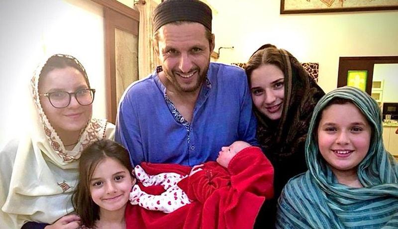 انہوں نے اس خوشخبری کا اظہار اپنی چاروں بیٹیوں کے ہمراہ گروپ فوٹو کے ساتھ کیا —فوٹو: بشکریہ ٹوئٹر