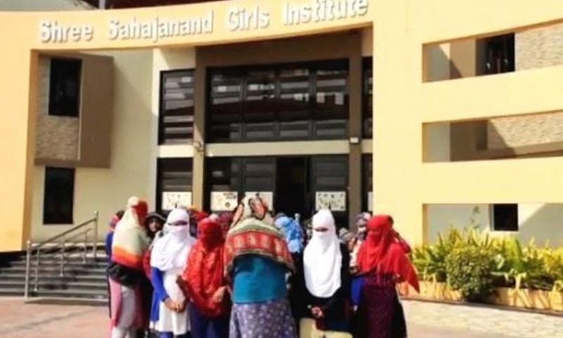ایس ایس جی آئی میں انڈر گریجویٹ طالبات زیر تعلیم ہیں —فوٹو: بی بی سی گجراتی