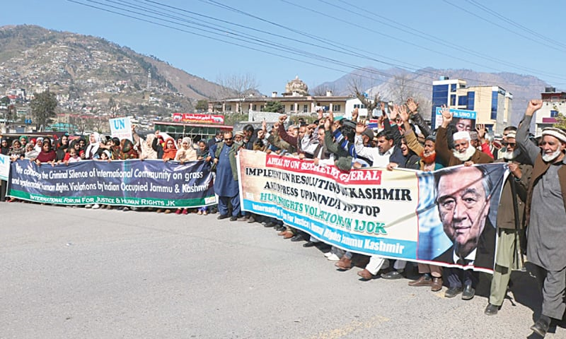 MUZAFFARABAD: Men and women raise slogans during a demonstration held on Sunday to coincide with the arrival in Pakistan of UN secretary general Antonio Guterres.—Dawn